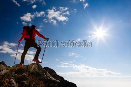 excursionista de pie en la cima