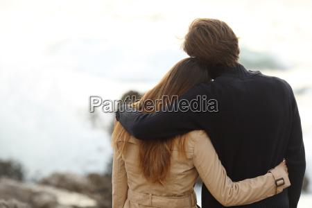 vista posterior de una pareja abrazandose