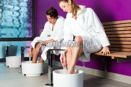 pareja haciendo un banyo de pies