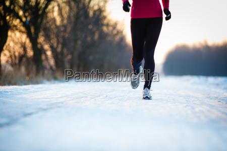 running de invierno mujer joven corriendo