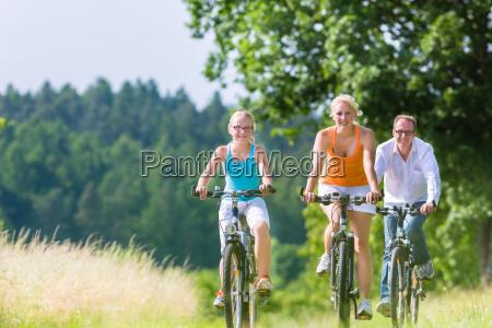 paseo en familia en bicicleta de