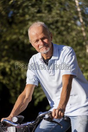 rentner senior hombre mayor cuando ciclismo