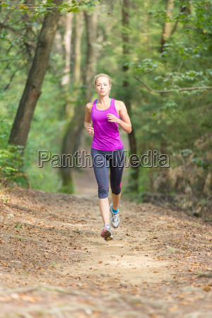 una chica muy joven corredor en