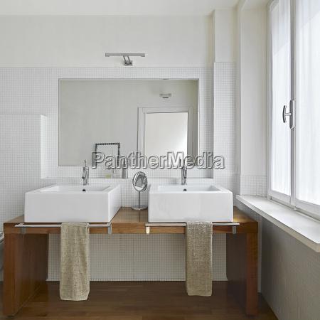 moderno cuarto de banyo
