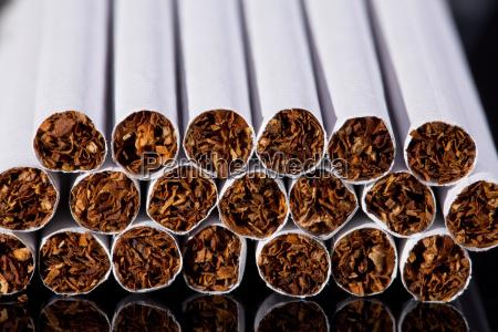 algunos cigarrillos delgados en el fondo
