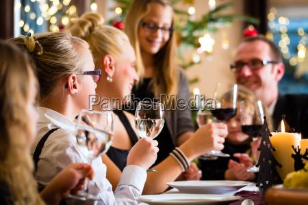 familia que celebra la navidad mientras