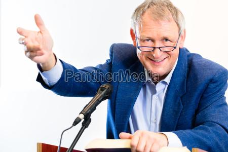 el profesor uni da conferencias en