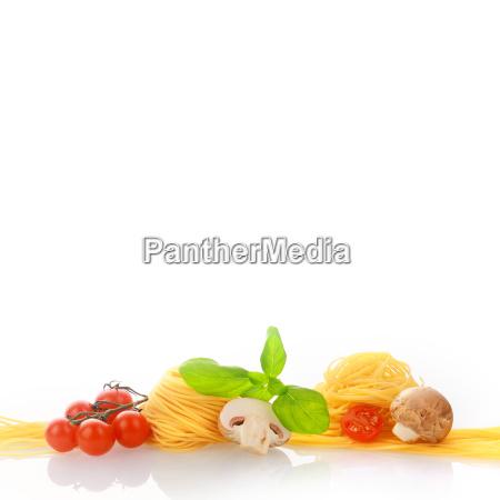pasta fresca y hortalizas en el