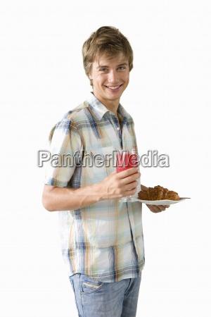 hombre joven sosteniendo plato de comida
