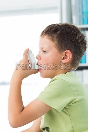 ninyo que usa inhalador de asma