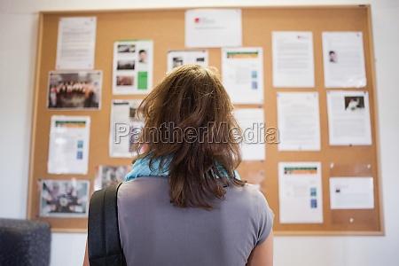 estudiante estudiando tablero de aviso