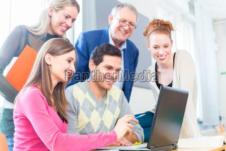 los estudiantes en el trabajo colectivo