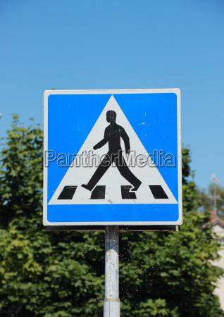 senyal peatonal con cielo azul y