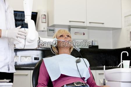 una paciente que tiene una radiografia