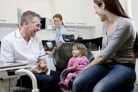 un dentista de sexo masculino con