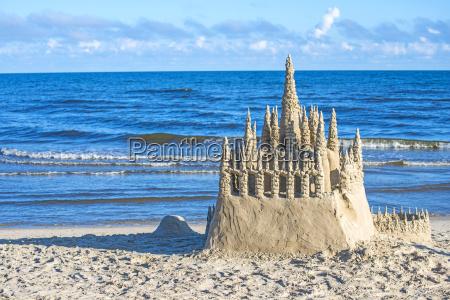 castillo de arena en el mar
