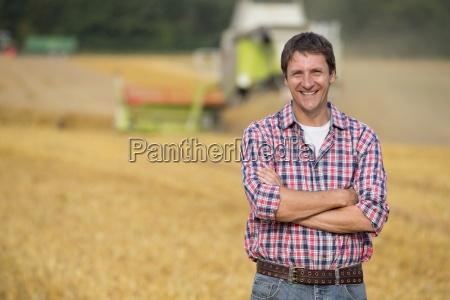 granjero en el campo al cultivo