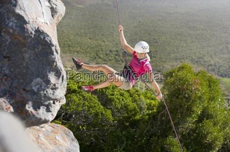 escalador de roca femenino rapel por