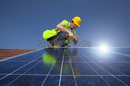 ingeniero instalacion de panel solar en