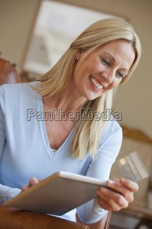 sonriente que sostiene la tarjeta de