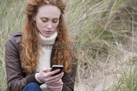 mujer de mensajes de texto en