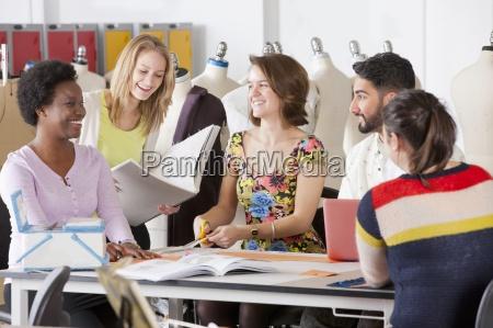 estudiantes de disenyo de moda trabajando
