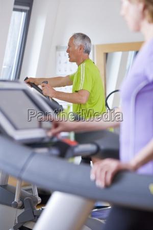 hombre y mujer mayores haciendo ejercicio