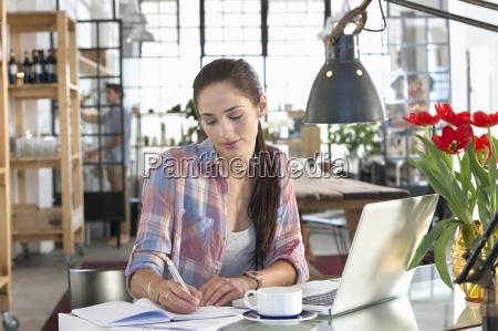 mujer con la escritura en el
