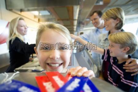 familia recibiendo billete de la azafata