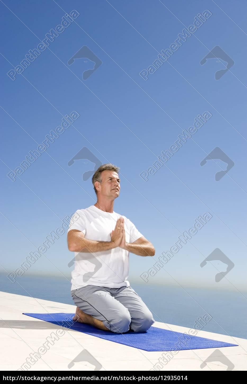 meditando, hombre, maduro, en, la, estera - 12935014