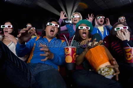 audiencia pelicula en gafas 3d haciendo