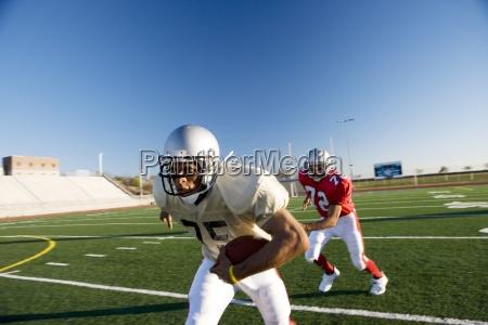 jugador de futbol americano persiguiendo jugador