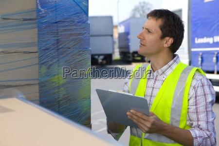 trabajador en la carga de mercancia