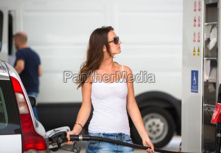 atractiva jovenes repostar su coche en