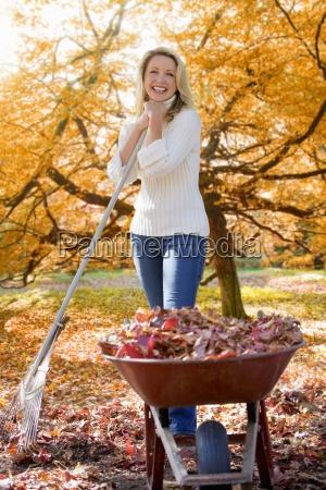 mujer haciendo trabajo en el jardin