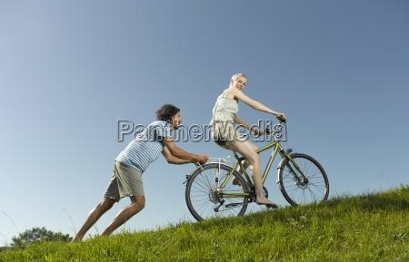 una mujer en una bicicleta el