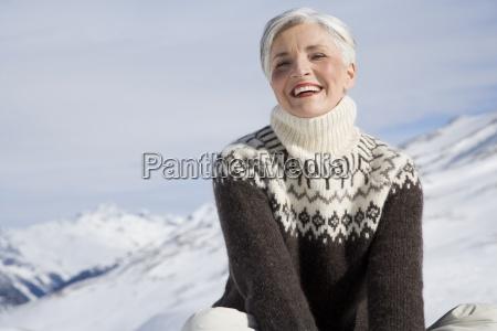mujer madura feliz que se sienta