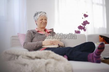 mujer mayor sentada en el sofa