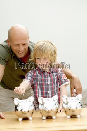 padre e hijo poniendo monedas en