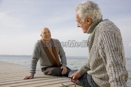 dos hombres mayores sentados en un