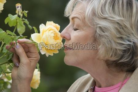 superior de la mujer con olor