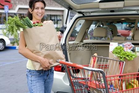mujer de carga de automoviles con