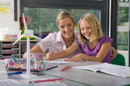 profesor que ayuda a estudiante estudio