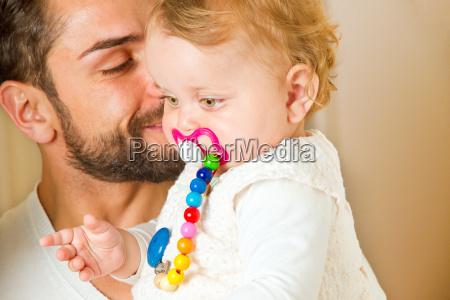 padre con el ninyo en sus