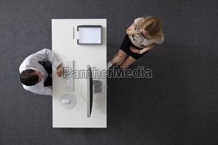 mujer oficina escritorio secretario color femenino