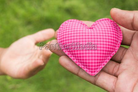 mano dar corazon simbolo de amor