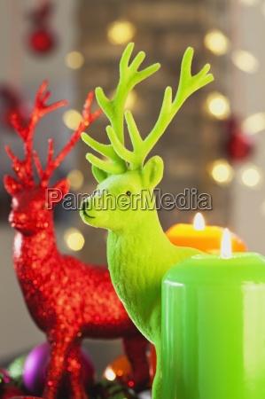 colorida corona de adviento con velas