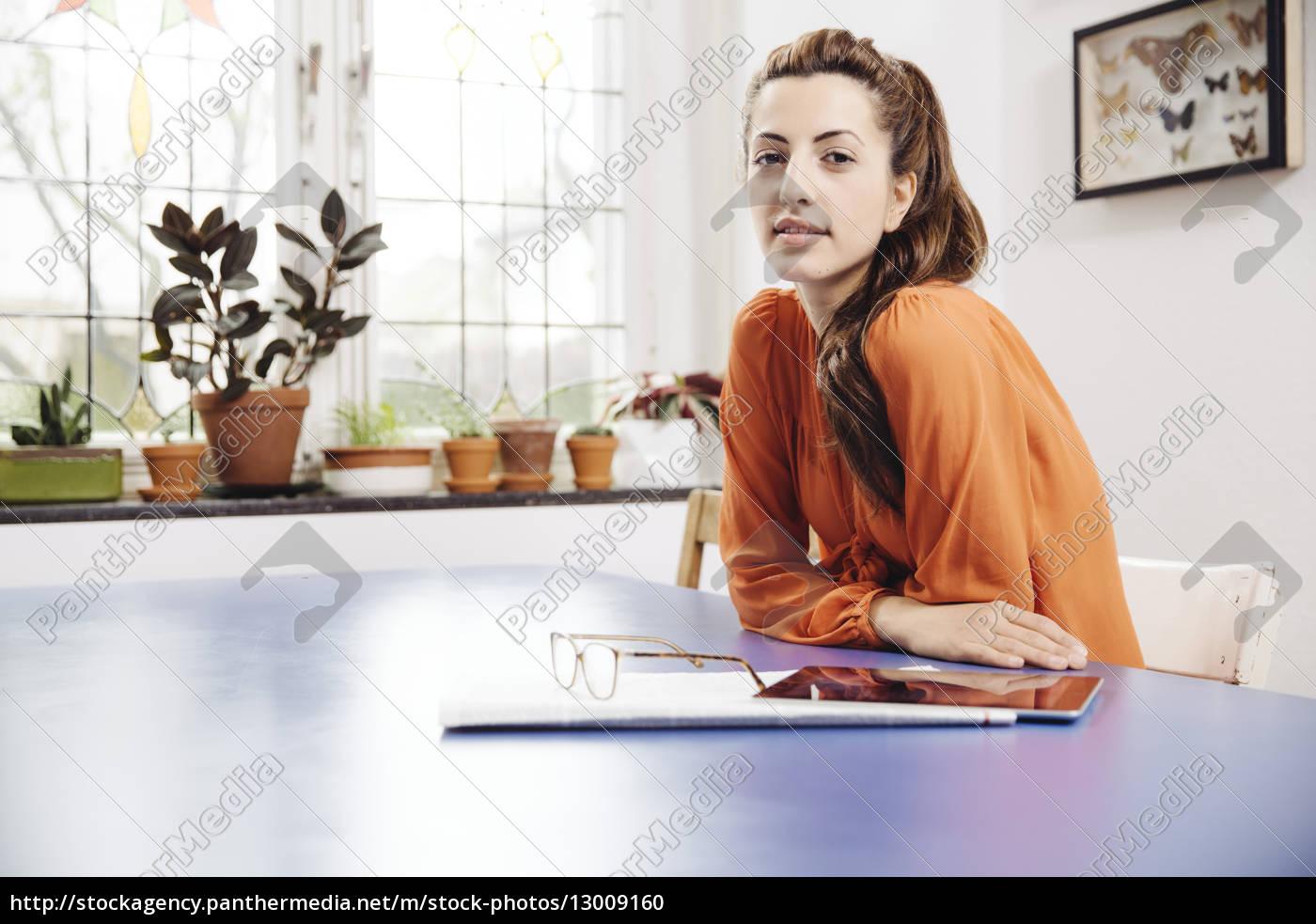 mujer, joven, con, tablet, pc, y - 13009160
