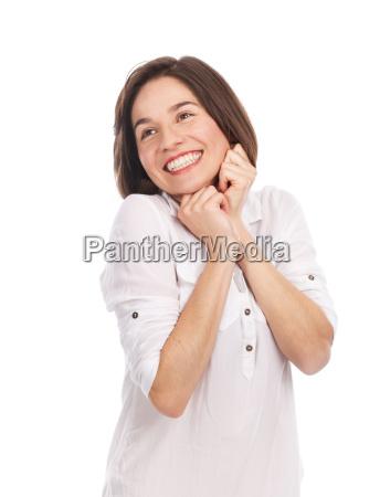 encantado y sonriente joven morena