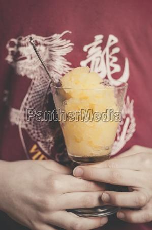 personas gente hombre vidrio vaso naranja